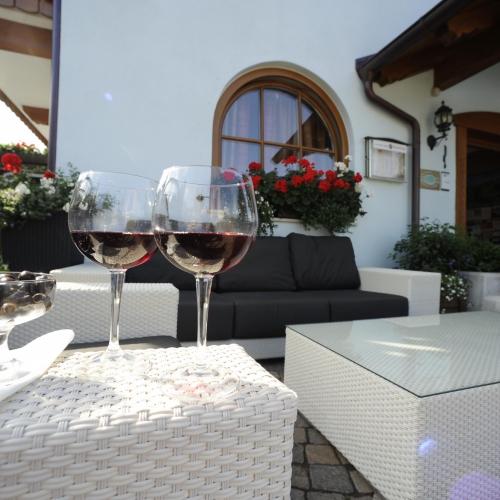 bicchieri-vino-esterno-tirol