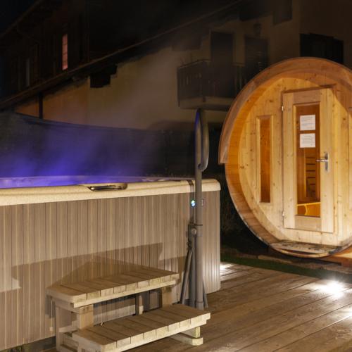Sauna und Whirpool im Garten